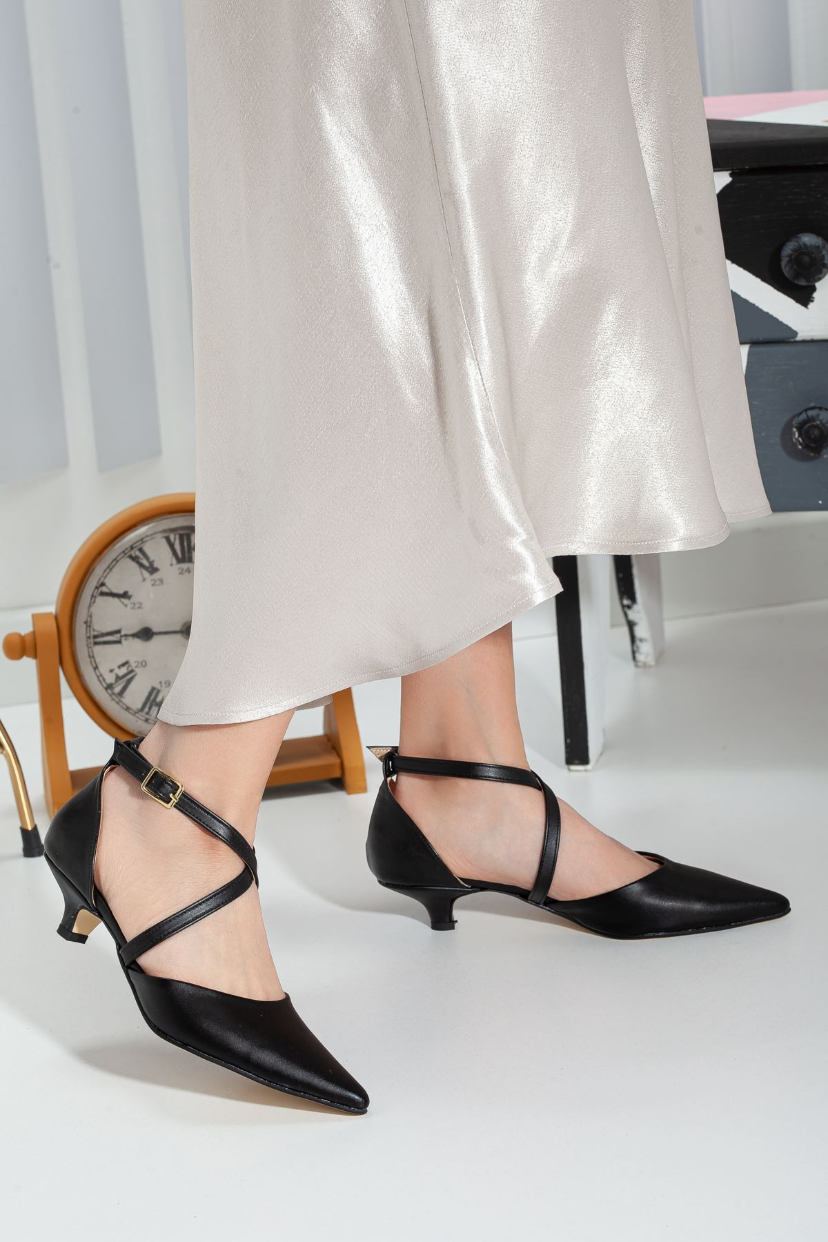 Balmi Kısa Topuklu Sivri Burun Ayakkabı SİYAH CİLT